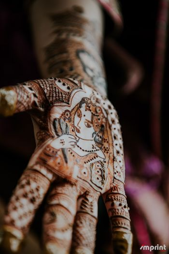 Photo of Unique mehendi design with portrait of bride