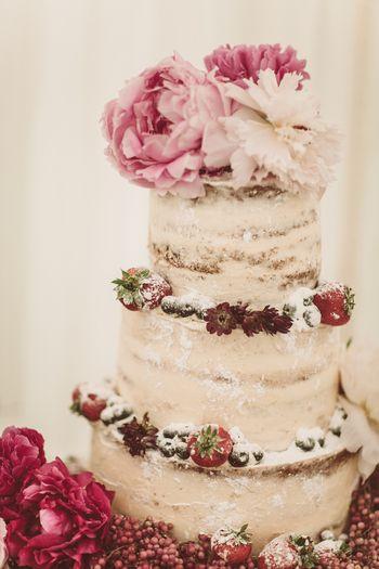 Photo of rustic wedding cake