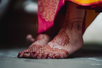 Minimalist feet mehendi for the bride