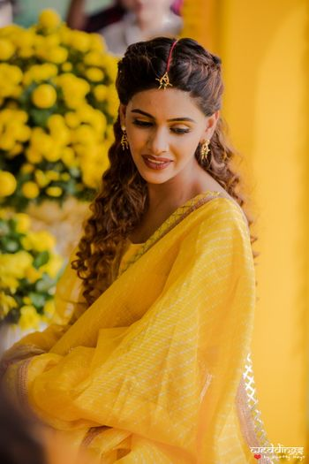 Photo of Haldi bridal look with simple jewellery