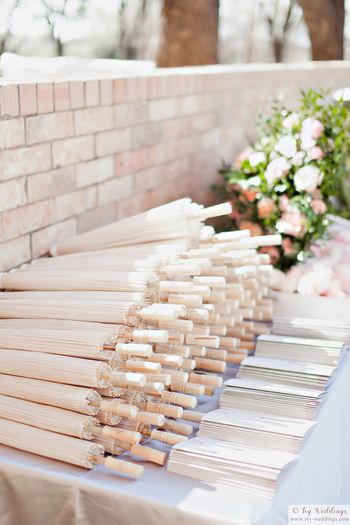Touching ideas for guests with umbrellas for a sunny day