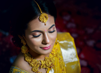 South Indian bride wearing a dainty maang tikka with matching necklace and haar.