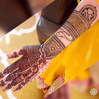 Pretty intricate mehendi for wedding