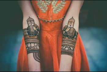 A bride flaunting her mehendi design
