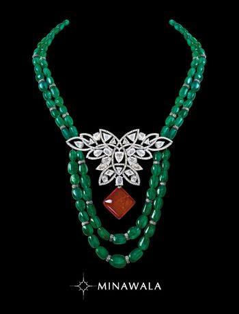 Photo of emerald string with diamond brooch