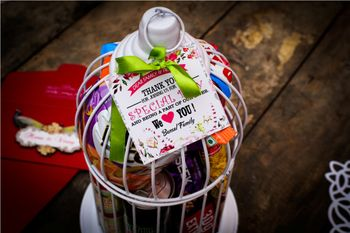 wedding favors in birdcage with a message card
