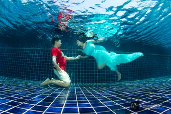 Underwater pre wedding shoot