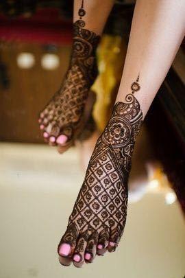 Simple jaali mehendi design on a bridal foot