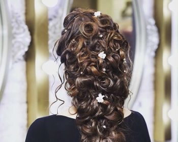 Curly mehendi hairstyle with small flowers