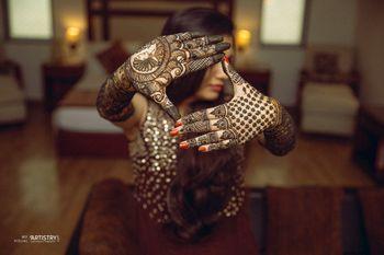 Bridal pose showing off mehendi hands