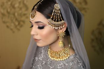 Bride with soft smokey makeup and jhoomer