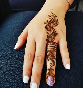 Ring finger mehndi design.