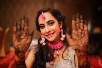 Flawless and subtle bridal makeup for mehndi ceremony