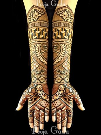 Photo of Beautiful intricate mehendi design for an Indian bride