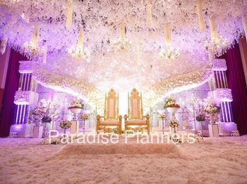 Dive into a complete fairy tale wedding with such a soothing stage decor idea.