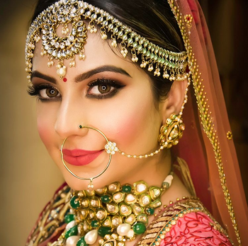 Stunning kundan and pearl mathapatti with statement necklace piece.