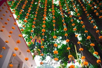 Tree decor ideas with hanging genda strings