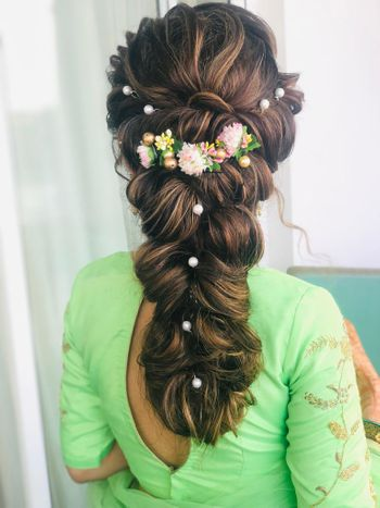 Modern bridal hairstyle for mehndi