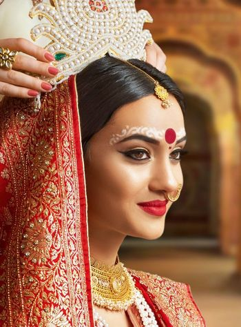 A beautiful Bengali bride in soft & subtle makeup.