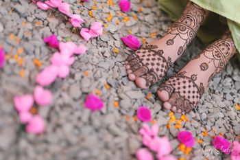 Pretty & minimal feet mehendi