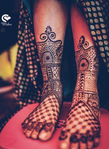 Unique bridal feet mehendi with jali design