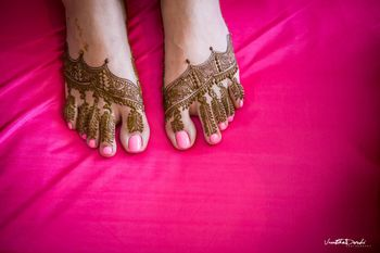 Simple and minimal mehendi design for feet
