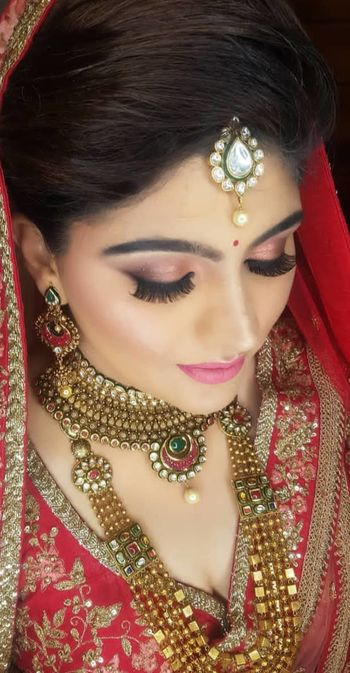 A beautiful bride with subtle and soft makeup.