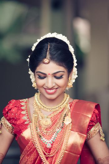 Photo of puff sleeve blouse with kanjivaram ruse and gold saree and layered gold jewellery