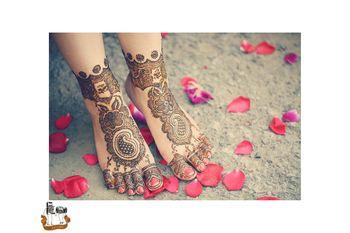 Buti mehendi on feet for bride