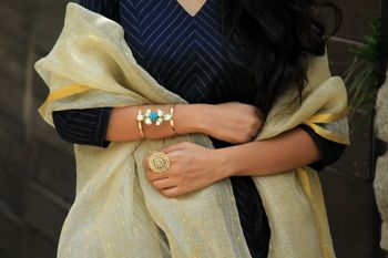 Modern bangle in gold with blue stone