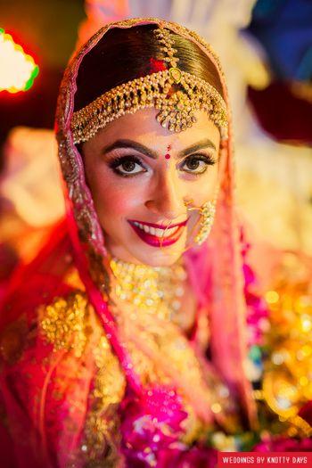 Bride wearing mathapatti with stonework