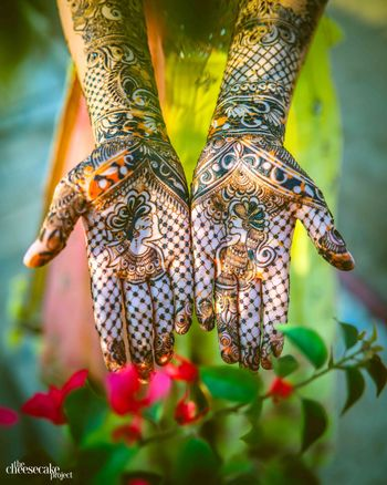 Modern mehendi design with jali and portraits