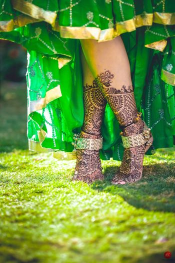 Bridal feet mehendi with bride wearing pajeb