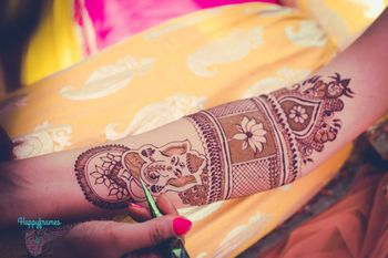 Unique bridal mehendi with Ganesha idol