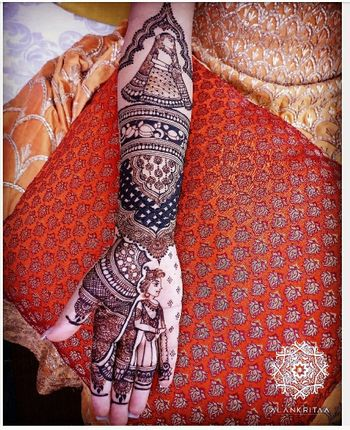 Bridal mehendi idea with gold idols