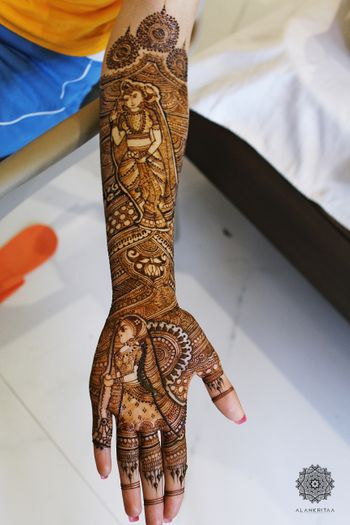 Traditional bridal mehendi with a twist