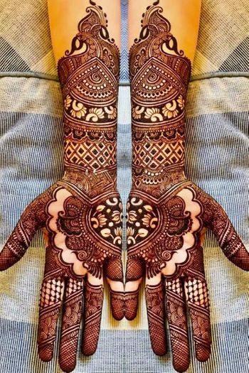 Photo of Unique bridal mehendi design