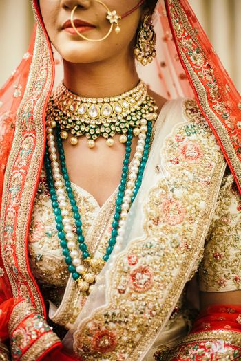 Bridal jewellery with layered pearl necklace