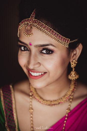 South Indian bride wearing single strand maangtikka