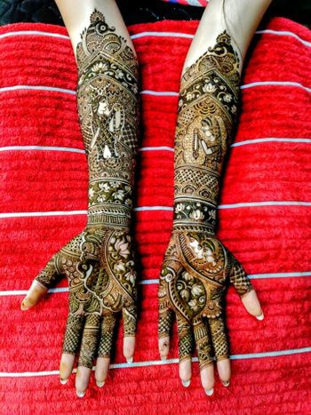 Stunning intricate bridal mehendi with lotus motif and bride and groom caricatures