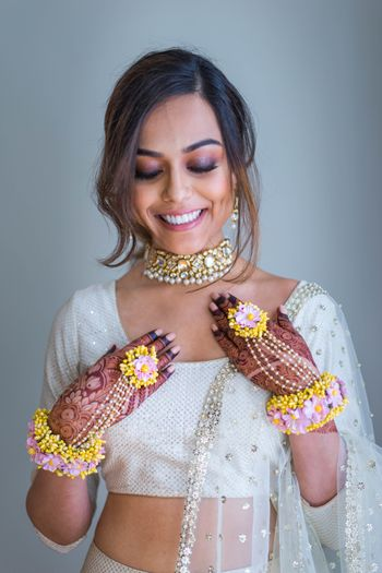 Photo of Mehendi haathphool in yellow and pink