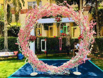 Unique wreath photobooth for mehendi