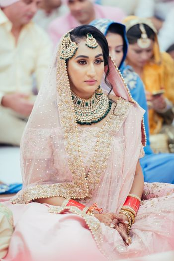 Contrasting jewellery with Sikh bridal look