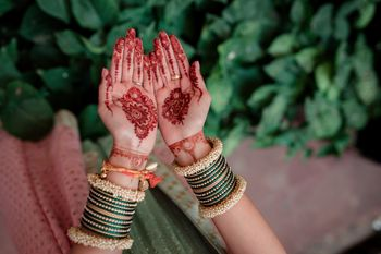 Minimal bridal mehendi design on hands