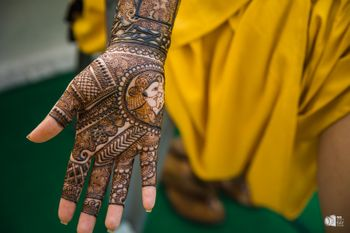 Pretty intricate bridal mehendi design for wedding