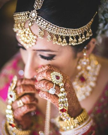 Bride with haathphool wearing jewellery