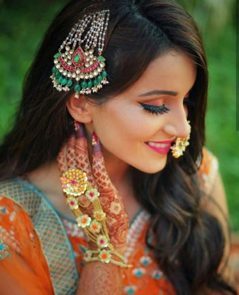 Bride flaunting her jhoomer and haathphool