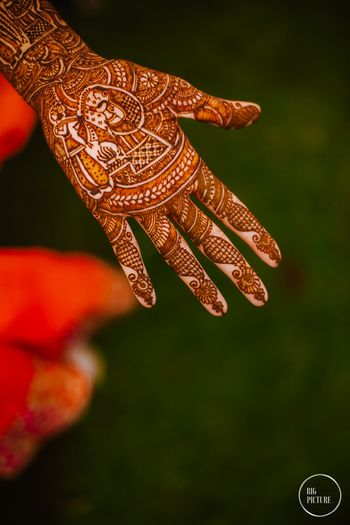 Photo of Bridal mehendi design with portraits for wedding
