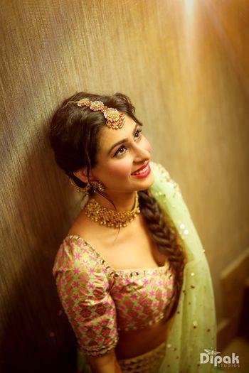 Bridal mehendi look with pretty maangtikka