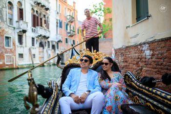 Venice pre wedding shoot gondola ride